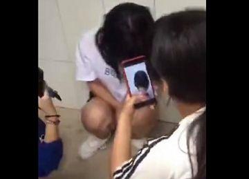 【動画】いじめのターゲットになった少女、同級生の女子に手マンされまくる…