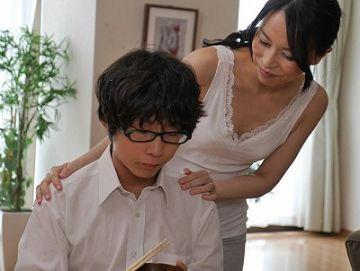 【井上綾子】『ママがやってあげるから…』オナニーのやり方が分からず勃起が止まらない息子の面倒を見る過保護母