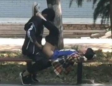 【ガチ盗撮】公園でベンチで白昼堂々セックスしてる中坊カップルがいるんだがww