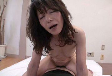 【素人熟女】栗谷奈津恵 56歳。結婚27年の普通の主婦が15年ぶりにチンポを入れた反応がこちらwww