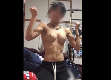 【個人撮影】腹筋バッキバキ!人妻ボディビルダーのクリトリスに電マを当てた反応がこちらwww