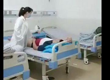 【動画】本当にあったAVみたいな病院!病院の監視カメラに男性患者に手コキしてあげる女医が映るwwwww