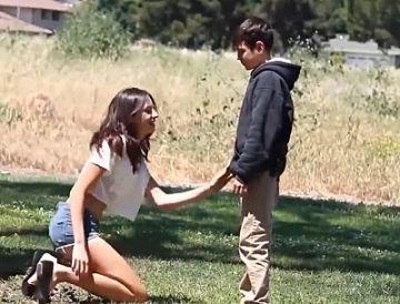 【動画あり】人妻が10代少年にガキチンポをハメてもらってる衝撃映像がこちら
