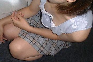 ゆるゆるの胸元からチラッと見えるおっぱいってセクシーだなぁ…いつまでも見ていたくなる素人の胸チラエロ画像