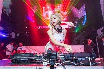 【朗報】エッチな爆乳DJさん、フロアとおっぱいを揺らしまくるwywywywywy