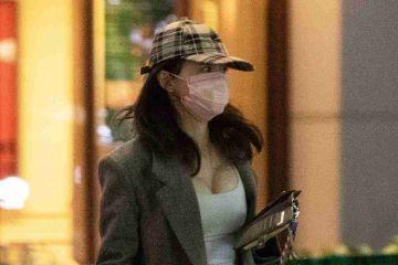 長谷川京子さん(43)、街中でおっぱいを強調してしまう
