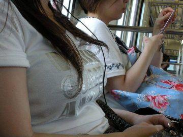 【着衣巨乳】通勤中の男の視線を釘付けにする素人の電車内着衣巨乳画像54枚