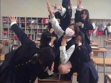 女子●生たちの楽しそうな日常…SNSでリア充アピールのために撮られたエロ可愛いリア充女子のおふざけエロ画像