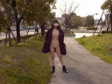 寒波が来てもでも裸!?全裸コートで野外を練り歩くドスケベな女の子たちの野外露出エロ画像