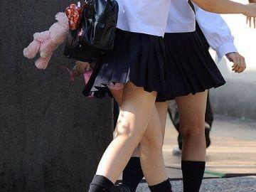 ドキッとするほどのミニスカ…女子●生の綺麗な足が見放題!思わず見惚れてしまうミニスカエロ画像