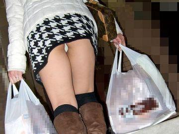 斜めしたから見上げるパンチラがそそる…ミニスカ女子が無自覚に男を勃起させる階段パンチラ画像