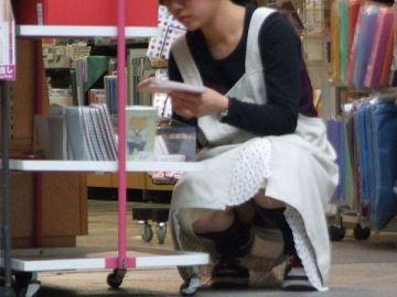 買い物中の女の子は隙だらけ…リアルなパンチラがエロさ桁違い!こっそり隠し撮りされたパンチラエロ画像