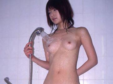 濡れたおっぱいって色っぽい…めちゃくちゃシコれるシャワー中女子のおっぱいフェチエロ画像