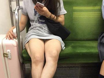 何気ない仕草の中で見えちゃうパンチラが興奮する…電車で対面に座った女の子を盗撮した電車内パンチラ画像