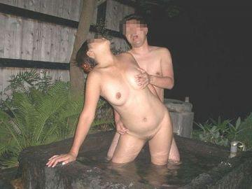 温泉でいちゃいちゃ…カップルが我慢できずにエッチしちゃう!?気持ちよさが癖になる温泉セックス画像