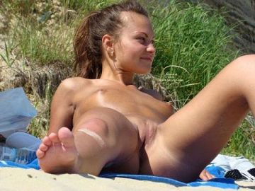 金髪美人のマンコもまる見え!?みんなすっぽんぽん…超羨ましい海外のヌーディストビーチ画像