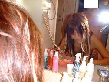 臨場感が桁違い…素人カップルがプライベートセックスを撮るため鏡の前でエッチしてるハメ撮り画像