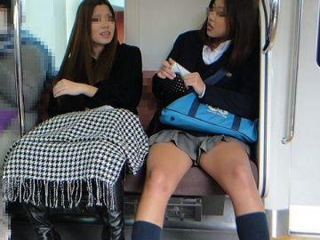 電車内で見かけた女子●生のキワドい太もも…ミニスカが映える美脚がそそる盗撮エロ画像