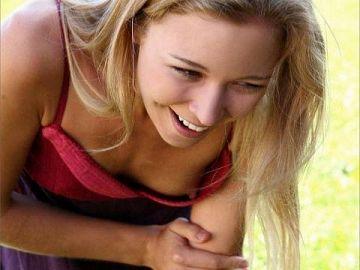 ノーブラだからすぐに乳首が見えちゃう!?外国人のお姉さんがうっかりぽろりしたハプニングエロ画像
