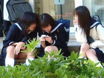 うっかりパンツまる見え!?天然系な女の子たちが恥ずかしい姿を隠し撮りされたリアルな街中パンチラ画像