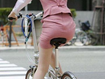 お尻のラインくっきり!ピタピタのタイトスカートがセクシーなOLさんを撮った街撮りエロ画像