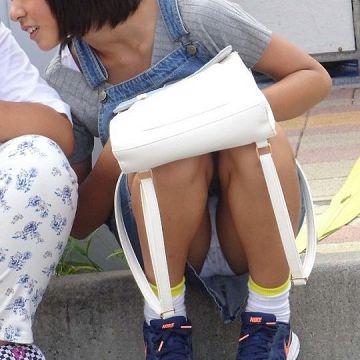 座りパンチラしてるスカートを穿いた素人娘たちのエッチなパンツを街撮り
