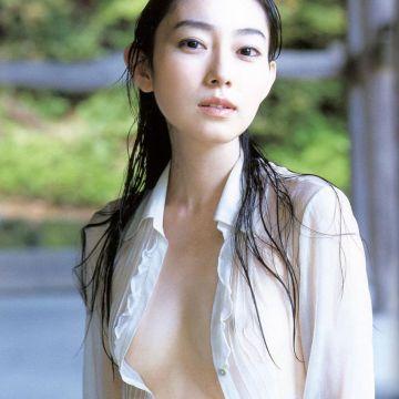 裸に白シャツだけ着てるナイスバディな美女たちにドキドキ