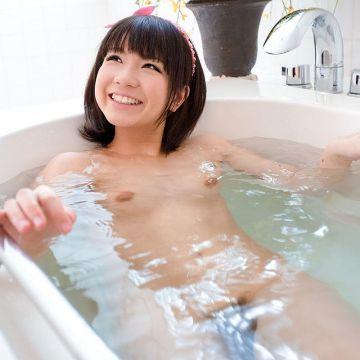 お湯の中で揺らめくオッパイやマン毛がエッチな入浴中の全裸娘たち