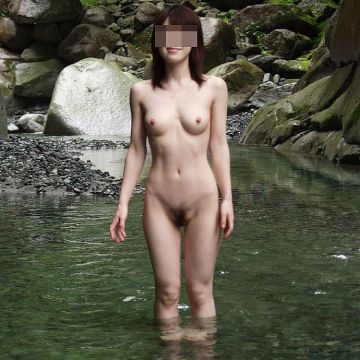 温泉旅行だからと全裸で入浴してる女友達を記念撮影しちゃう素人さん