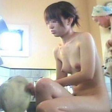 銭湯の女湯で体を洗ってる全裸の素人娘たちを覗き見しちゃった