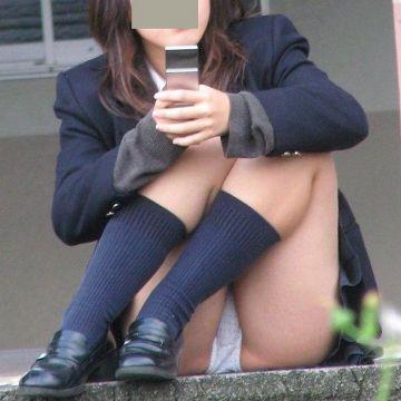 制服のスカートからパンツが見えてる素人娘たちの座りパンチラを街撮り