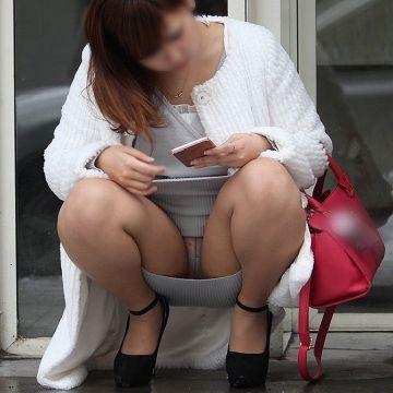 しゃがみパンチラで思いっきりパンツを披露してる素人娘たちを街撮り