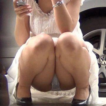 スカートと太腿の隙間からパンツが見えてる、素人娘たちのしゃがみパンチラ