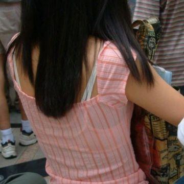洋服からブラ紐がチラチラ見えちゃってる素人娘たちを街撮り