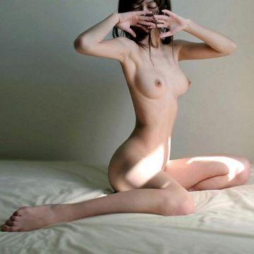 腰をひねってウエストのクビレを強調するヌード美女たち