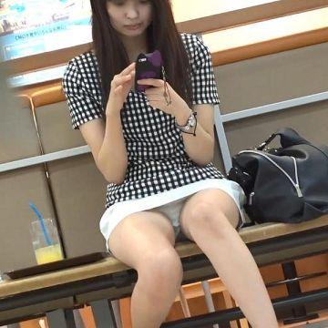ミニスカートを穿いて思いっきり座りパンチラしてる素人娘たちを街撮り