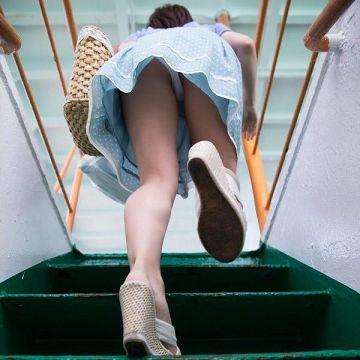 見上げるとパンツが見えた、階段でパンチラしてる素人娘たちを街撮り