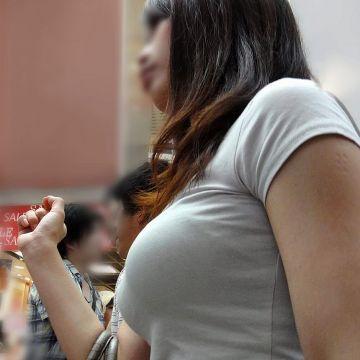 着衣状態でも巨乳や爆乳のデカさは隠しきれない素人娘たち