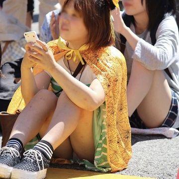 座りパンチラでスカートの中から豪快にパンツを見せちゃった素人娘たち
