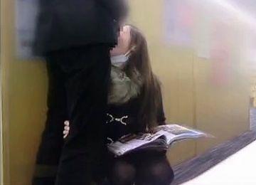 【個人撮影】セフレにした姉貴の友達(23歳)を図書館の死角でヤリまくった一部始終
