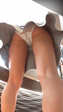 【逆さ撮り】買い物中の綺麗な女性達のスカートの中を撮影した逆さ撮りパンチラ画像
