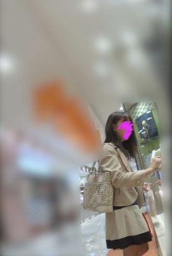 【逆さ撮り】ミニスカ・パンストのお姉さんが買い物している最中にスマホを突っ込んで撮影した逆さ撮りパンチラ画像