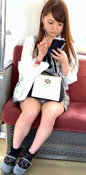 通勤中に目撃したので慌ててスマホを構えた素人の太もも・パンチラ画像(20枚)