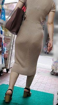 プリプリのお尻に透けパンチラがエロ過ぎる素人を街撮り