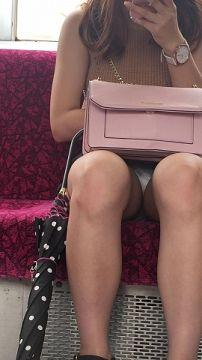 電車内で股間部分を狙って撮影した太もも・パンチラ画像(20枚)