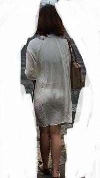 街中で男の注目を集める透け透けパンチラが見えてる女性達