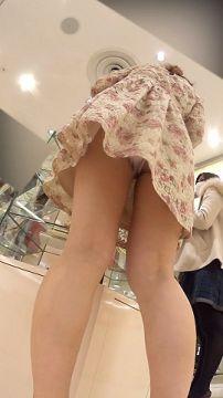 【逆さ撮り】初売りから忙しかったであろうアパレルショップ店員さんのスカートの中身を撮影した逆さ撮りパンチラ画像