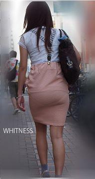 タイトスカートだから見えちゃう透けパンチラ画像