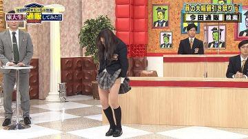神谷明采が制服でパンチラ寸前のエロ画像