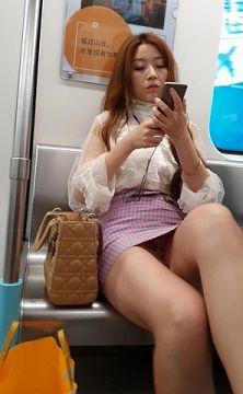 通勤中に見る太ももにパンチラがエロくてこっそり撮影されたエロ画像